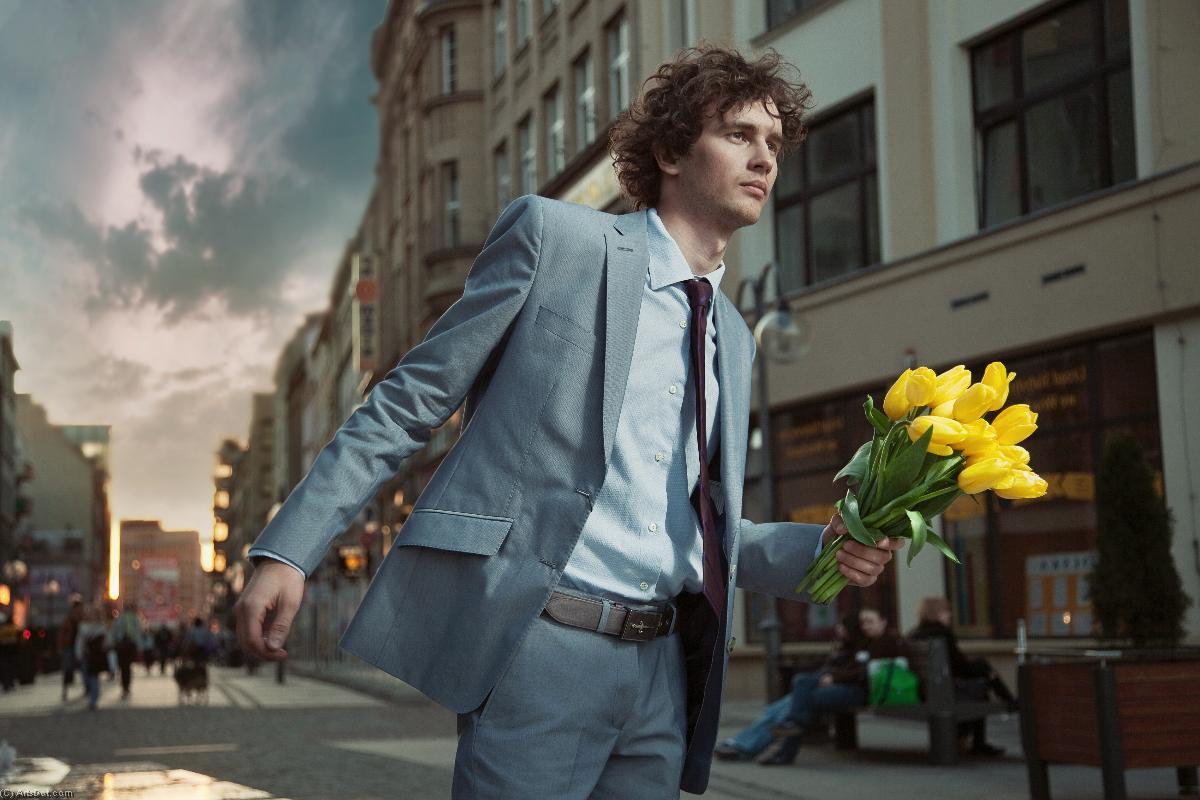 Фото человек со цветами